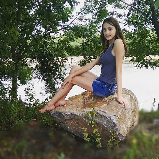 Девчонка в синей джинсовой юбке