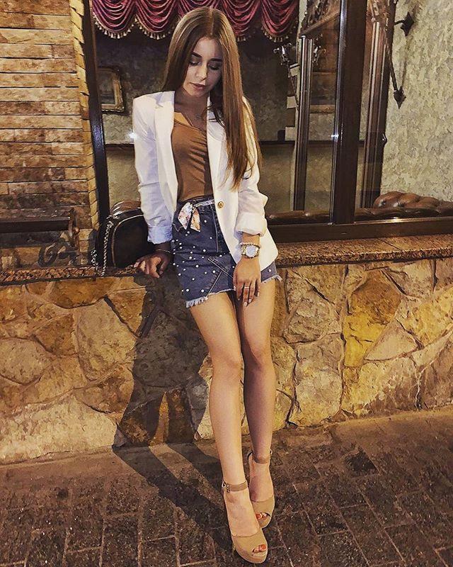 Стройная шатенка в белом пиджаке